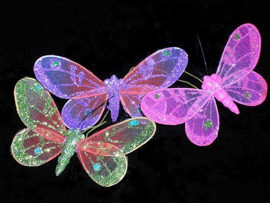 Hojas como rosas blancas y ellas...como mariposas revolotean en ...