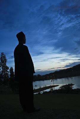 http://1.bp.blogspot.com/_2z_lMqwoU2c/SvHvXfYUSwI/AAAAAAAAAK8/hvCsl-MdD-Q/s400/muhasabah+diri+pada+ilahi.jpg
