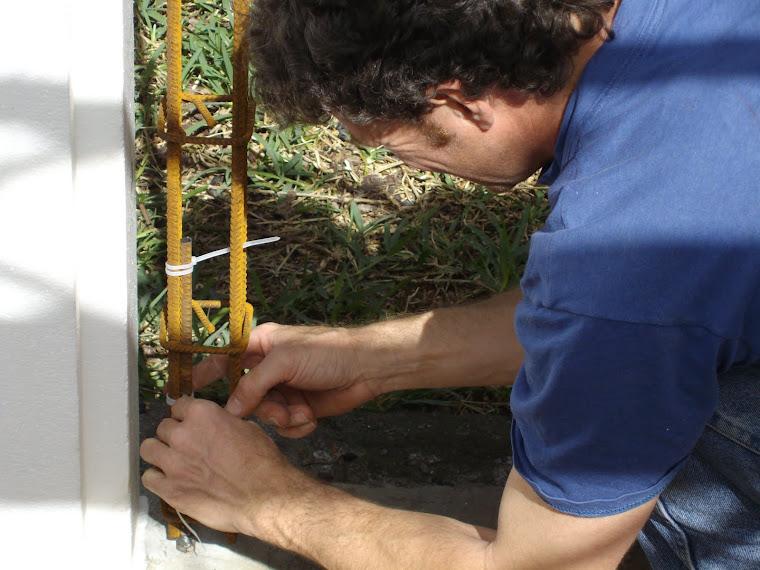 8- Fixer le poteau d'armature à l'ancrage