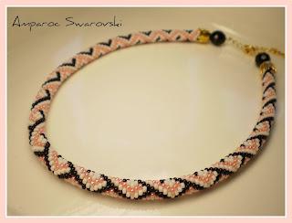 Gargantilla tejida a crochet con Rocallas Miyuki en tonos negro, blanco y rosa claro,salmón. Muchas gracias a Vinjuleve por sus esquemas