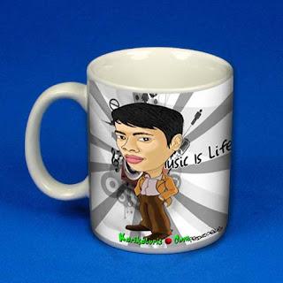anda. Berikut adalah contoh desain mug dengan karikatur wajah asli