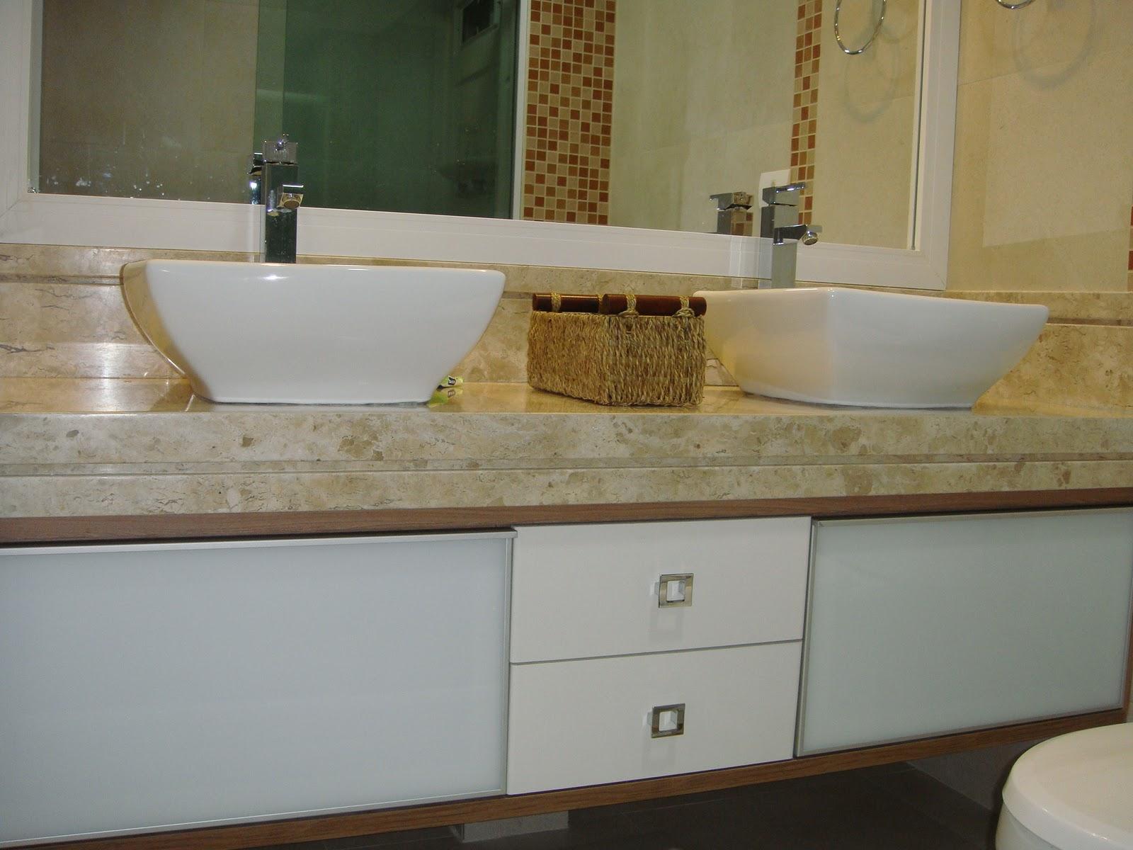 Nosso banheiro foi planejado de forma bem independente cada um tem  #63492A 1600x1200 Banheiro Armario Planejado