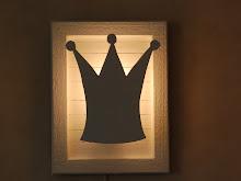 Lampa med krona.