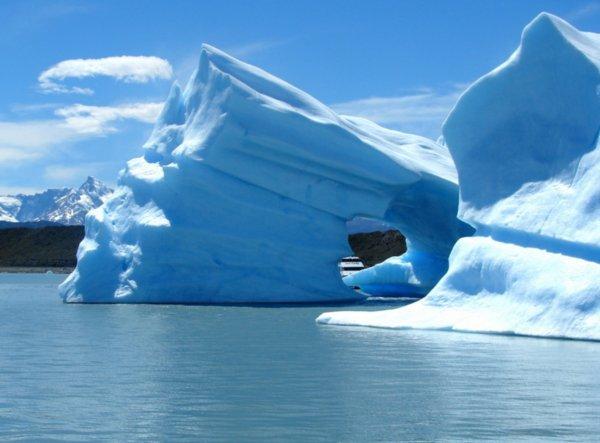 http://1.bp.blogspot.com/_3EaVVmk2sH4/SeMjoJSfP7I/AAAAAAAAAM0/_95glZllo6Q/s1600/Iceberg-in-Lago-Argentino.jpg
