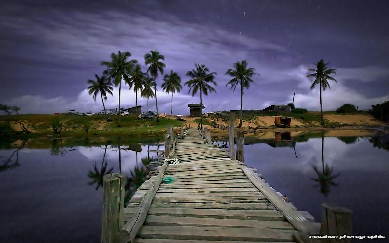 Gambar foto jambatan klasik Pulau Kerengga pada waktu malam