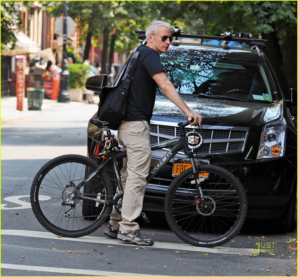 http://1.bp.blogspot.com/_3GTO3cgtl7c/TGDOs-qD84I/AAAAAAAABW0/XuX_HFZAviA/s1600/anderson-cooper-bike2.jpg