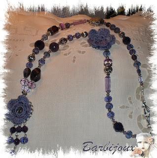 Collana con rose all'uncinetto pietre dure e cristalli viola