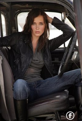 Maju Mantilla posando dentro de un auto