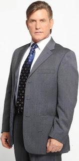 Víctor Cámara muy elegante con terno