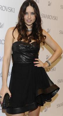 Adriana Lima con vestido negro corto