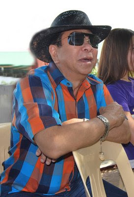 Chavit Singson enjoying one of the animal shows with his guests