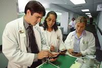 estudiantes de Medicina con gadgets