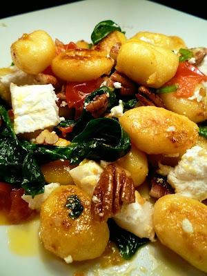 Gnocchi med chevre, bladspnat och pecannötter
