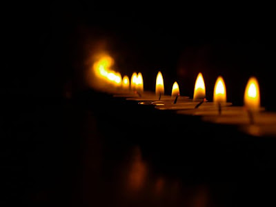 http://1.bp.blogspot.com/_3_2FCxXqZPQ/SghRnQRVRfI/AAAAAAAAI4g/7vYFWEr9NoU/s320/Wallpapers-on-Diwali-Candles.bmp