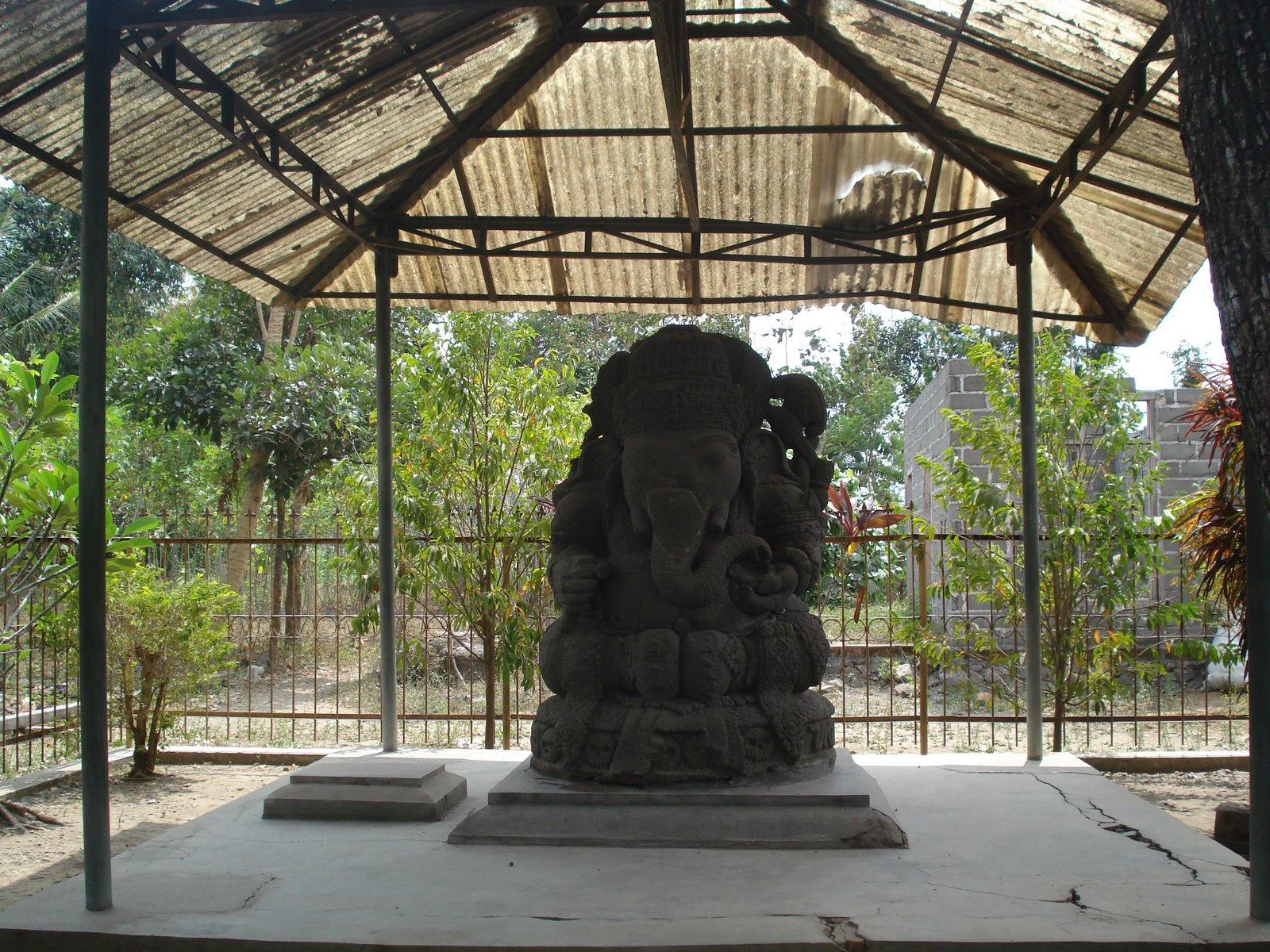 Ganesha kini sendirian. Patung Kala yang biasanya menemani di