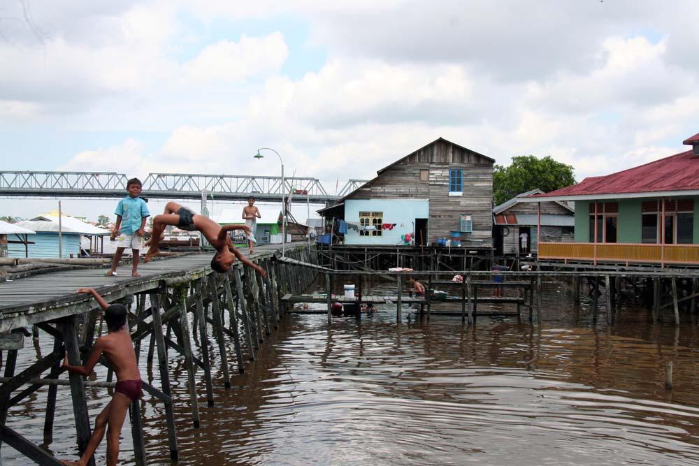 Berenang: anak-anak yang bermukim di sekitar sungai kapuas biasa mandi