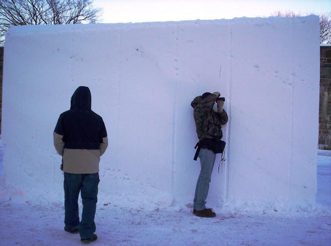 Luis Prada y Lucio Vega fotografiando los Bloques de nieve