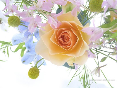 واظل الحياة رائعة Flowers_a_spring_bouquet_with_a_rose.jpg