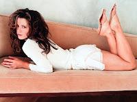 Молодая Kate Beckinsale в белом белье лежит на диване попкой вверх