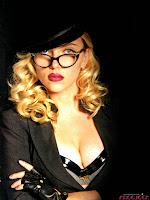 Голубоглазая блондинка Скарлетт Йоханссон с красивым бюстом в кожаном бюстгальтере и черной шляпе