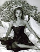 Черно-белое фото Скарлетт Йоханссон в черном корсете сидит на кровати