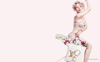Блондинка Скарлетт Йоханссон в бело-розовом нижнем белье с сумкой цветов