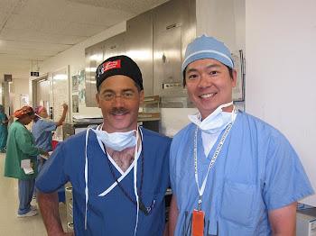 進修期間與哈佛醫學院肩關節科主任Jon J P Warner合影留念