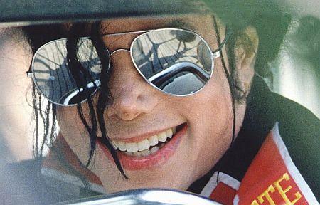 http://1.bp.blogspot.com/_3imxbGowMyk/S7cI99yQ2RI/AAAAAAAAB1g/2bGtXcu27r8/s1600/Michael-Jackson-Smile-Sunglasses.jpg