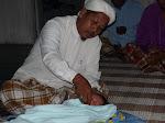Ustaz Satar sedang memulakan upacara bercukur