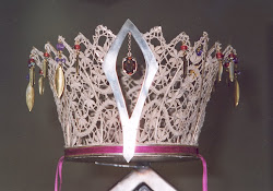 Krone i sølv og knippling