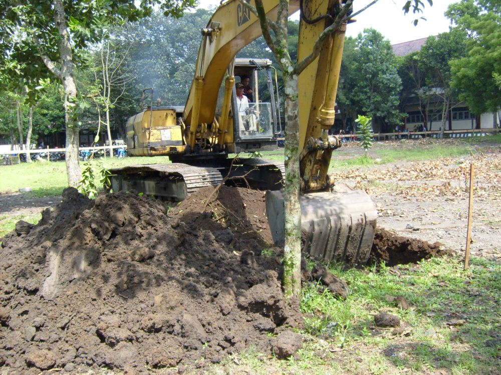 Gambar proyek galian tanah dengan alat berat