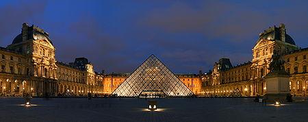 A Pirâmide rodeada por edifícios do Louvre