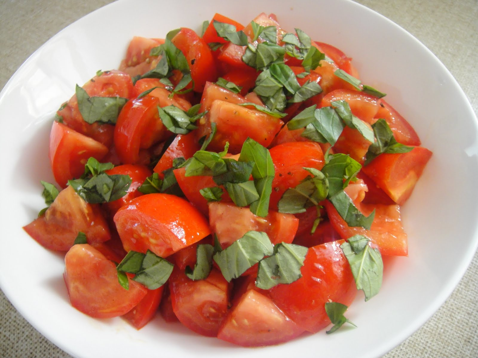 how to cut tomato for a salad