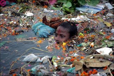 Niños en aguas contaminadas