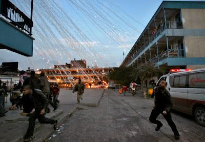 Palestinos escapando de un bombardeo Israelí
