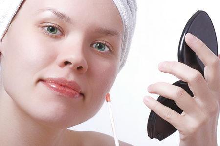 Cara alami yang bisa membantu menghilangkan noda di wajah. Cara menghilangkan noda hitam di wajah. Bahan alami untuk mengurangi noda hitam pada wajah.