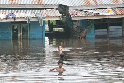 Childern Enjoy The Flood - Rumbai, Pekanbaru - Riau Flood.jpg