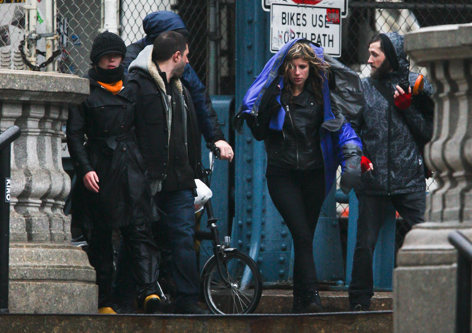 http://1.bp.blogspot.com/_4FLnym3q1-M/TPvWujqFoiI/AAAAAAAAGFY/hwJ8CGZRU-I/s1600/59466_Preppie_Scarlett_Johansson_directing_her_first_movie_on_the_Manhattan_Bridge_in_Brooklyn_.jpg