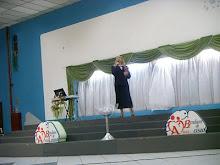 Pra Leda Pagliarin no Seminário profético de mulheres Ministrando
