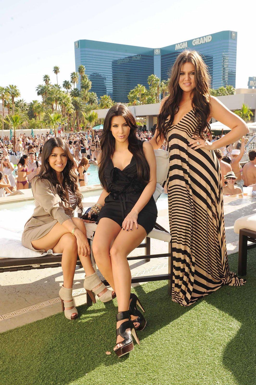 http://1.bp.blogspot.com/_4KxmFp2OOHI/S9TiuIZ6PfI/AAAAAAAAJxY/ghH4-QNb1BM/s1600/Kourtney+Kim+and+Khloe+Kardashian+at+WET+REPUBLIC,+Las+Vegas+2.jpg