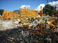 ofrendas en el cementerio de Ihuatzio