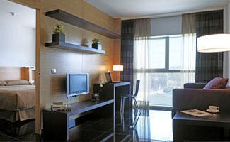 salón de una de las habitaciones del Aparhotel Hesperia Suites en L'Hospitalet de Llobregat