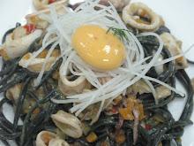tallarin-tinta negra,con ragut de calamar y ensalada de daikon y yema de corral