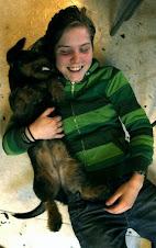 Aggressiv pølsehund spiser jente i øret!