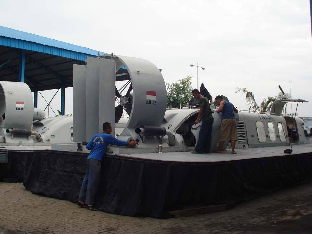 Hovercraft milik TNI AL buatan industri pertahanan dalam negeri. (Foto ...