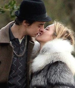 Pete Doherty and Kate Moss kissing