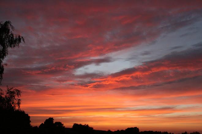 ciel d'été, tourmenté dans ses couleurs, harmonieux dans ses nuances, plein de mystères,