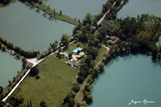 Vue aerienne de maisons entourees de lacs