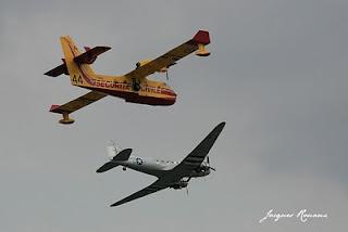 Canadair et Dakota survolant Bordeaux en patrouille