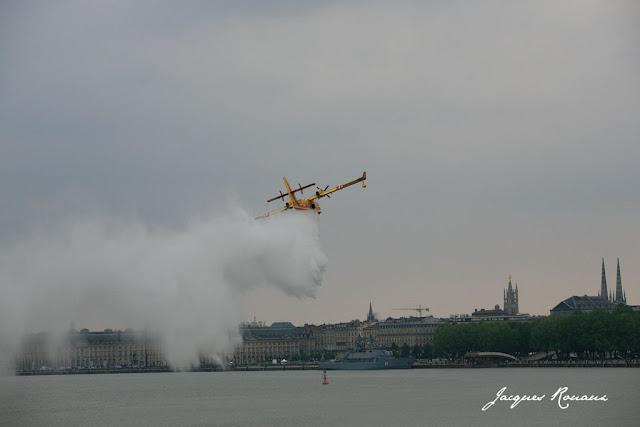 Canadair en train de larguer sur la Garonne face à la place de la Bourse